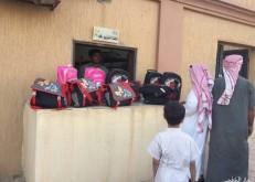 جمعية مليجة الخيرية توزع الحقيبة المدرسية على أبناء المستفيدين