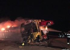 «حادث الأبرق الشنيع».. احتجاز مركبة اسفل شاحنة محملة بمركبات واحتراقهم جميعاً