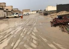 بعد الأمطار: برك الطين تعيق الحركة في أحياء الخفجي غير المسفلته