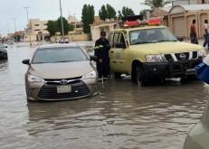 دفاع مدني الخفجي ينقذ المحتجزين ومياه الأمطار تغلق عدداً من الشوارع الرئيسية