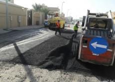 بلدية الخفجي تعيد سفلتة وردم الحفر في بعض شوارع أحياء الخفجي