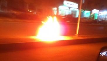 فراغ ولهو سلبيان يدفعان المراهقين بحرق حاوية نفايات على شارع (25) بالخفجي