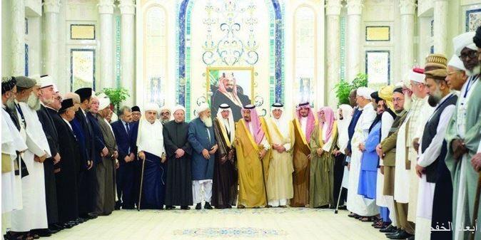 خادم الحرمين للعلماء المسلمين: أنتم الأمل لجمع الشمل