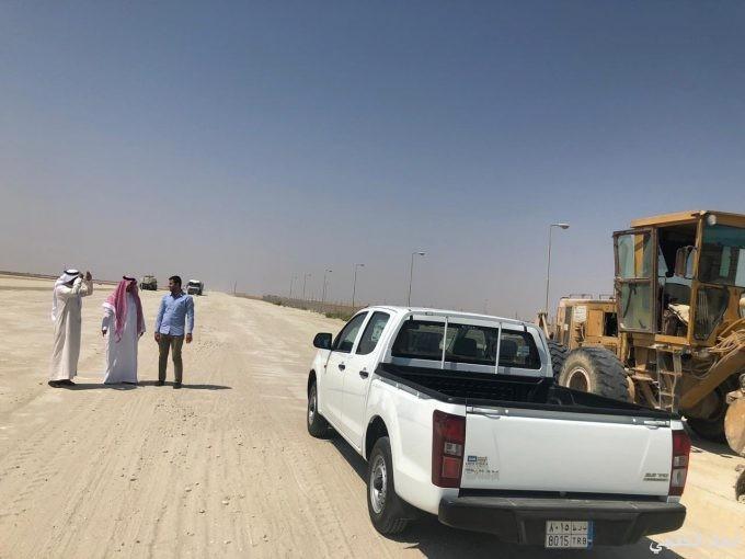 رئيس بلدية الخفجي يتفقد مشروع سفلتة طريق الجامعة الجديد