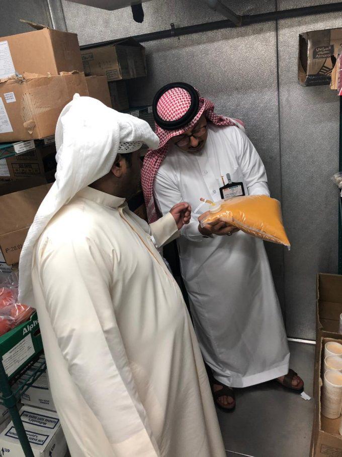 بلدية الخفجي تغلق ٤ منشأت صحية وتتلف ٦٨٠ كجم من المواد الغذائية