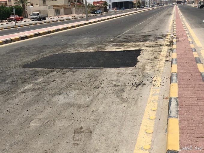 بلدية الخفجي تستكمل أعمال إغلاق بعض حفر طرق وشوارع المحافظة