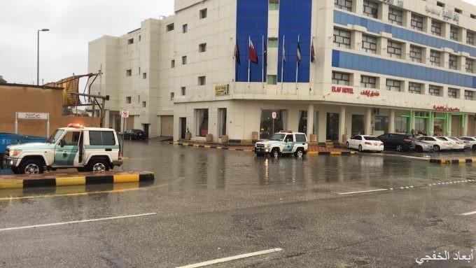 مرور الخفجي تغلق أماكن تجمعات الأمطار وتوجه المركبات