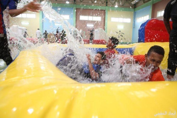 ألعاب ومسابقات مائية تنعش صيف طلاب نادي حي الخفجي بالترمذي