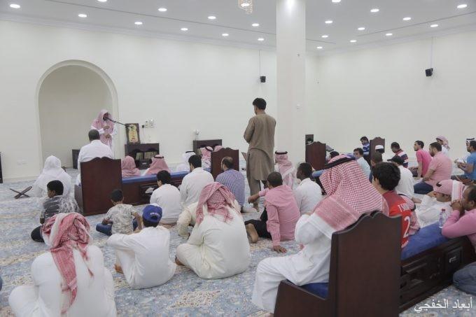 جماعة مسجد سلمة بن الاكوع يؤدون الصلاة بعد بناؤه