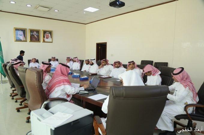 محلي الخفجي يعقد اجتماعه الثاني بحضور المحافظ ومسؤولي الدوائر الحكومية
