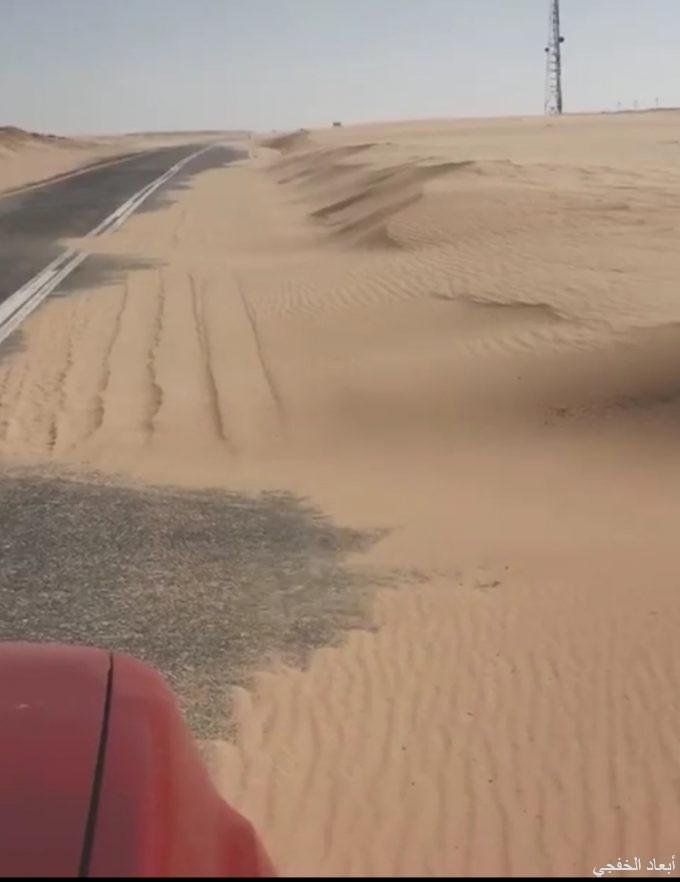 بالفيديو..الرمال الزاحفه تغطي طريق أبرق الكبريت بشكل كامل