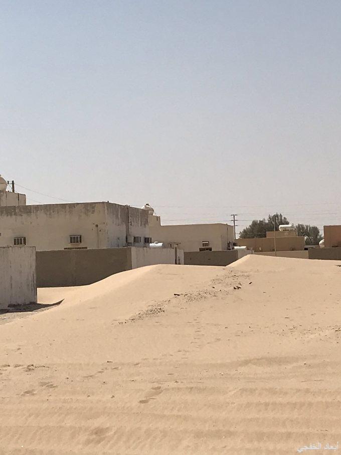 زحف الرمال يثير مخاوف أهالي «ابرق الكبريت» ويكشف منازلهم