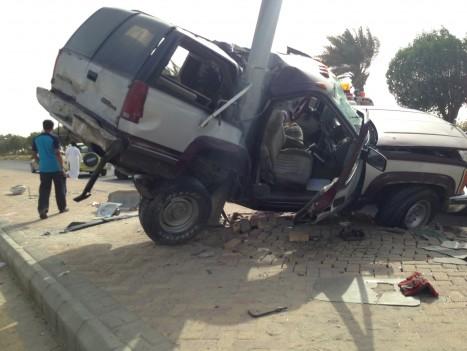 سياره تعانق عمود إناره في حادث شنيع بالخفجي