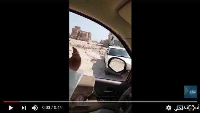 فيديو عامل يرمي المخلفات داخل الحي.. وبلدية الخفجي تتوعده بالعقوبات
