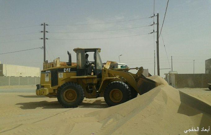 بلدية الخفجي تبدأ برفع الرمال بمركزي أبرق الكبريت والسفانية