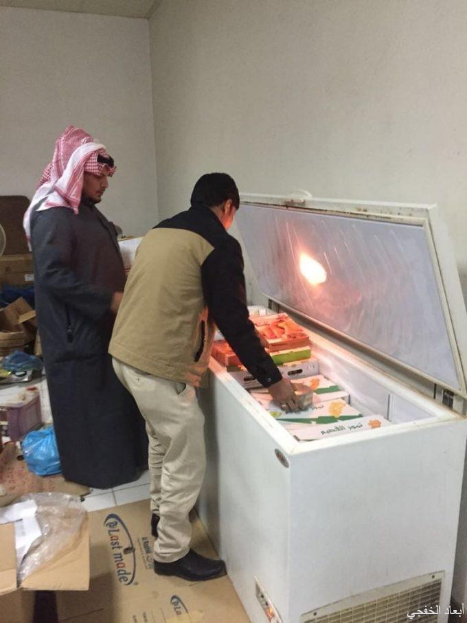 بلدية الخفجي تداهم مستودع لتخزين الأغذية بالتعاون مع حملة (وطن بلا مخالف)