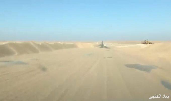 بالفيديو .. مواطن يرصد إغلاق طريق القاعدة وأبرق الكبريت بسبب زحف الرمال