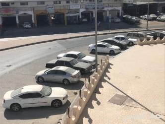سيارات تالفة تزاحم مواقف مجمع التحفيظ وتربك الحركة المرورية